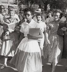 Dorothy Counts, entrando na escola e sendo hostilizada  em 1957.