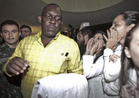 Patricinhas de Jaleco, hostilizam e vaiam Médico cubano, na saída da aula inaugural do +Médicos  em Fortaleza, imagem que vale por mil palavras...